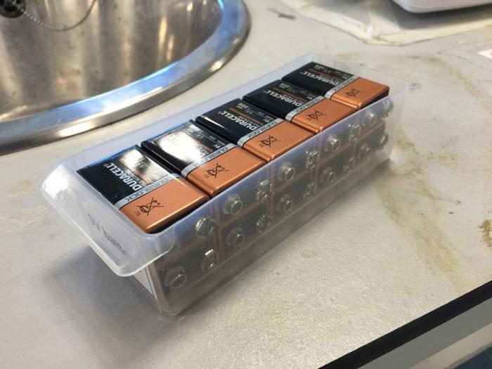 Батарейки, идеально вошедшие в коробочку.