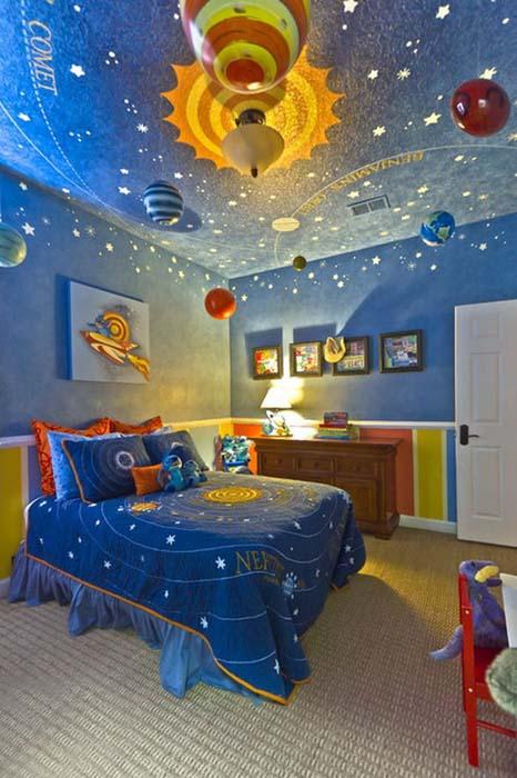 Потолок с планетами и звездами.