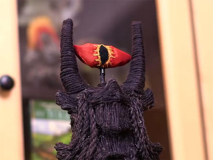 Око Саурона, набитое кошачьей мятой.