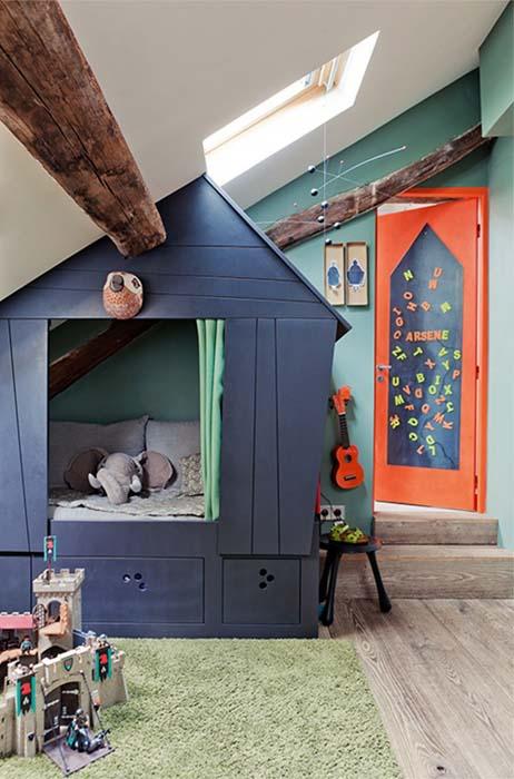 Кровать в маленьком домике.