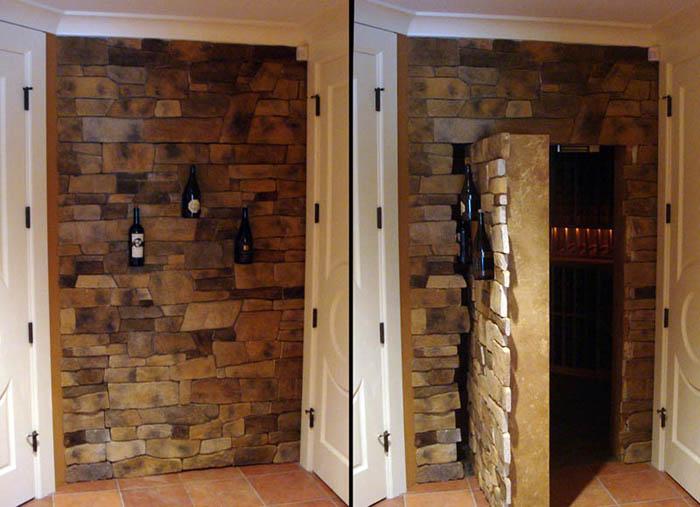 Дверь в декоративной стене.
