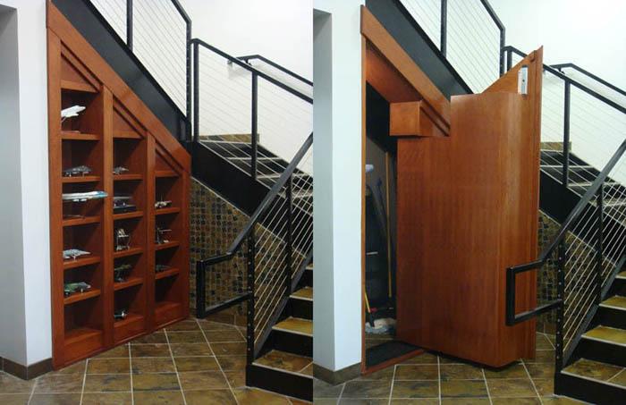 Дверь под лестницей.