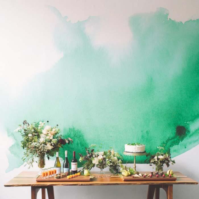 Акварельное пятно на стене.