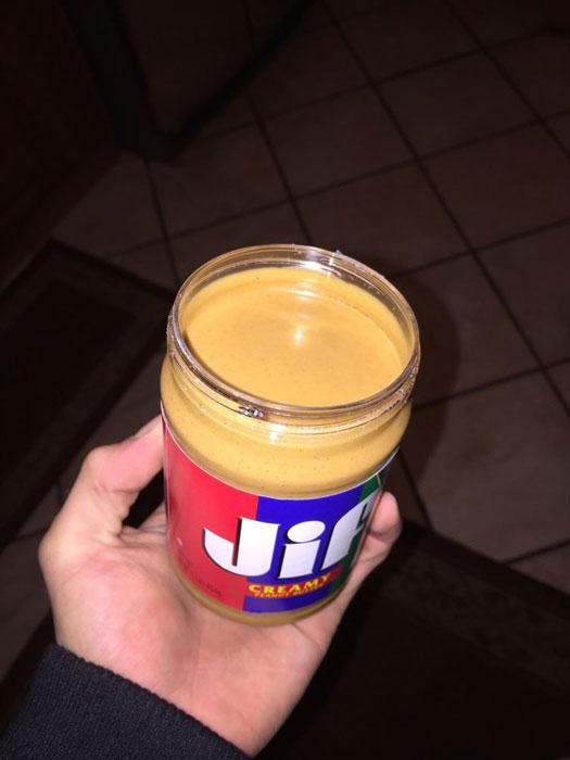 Нетронутый слой арахисового масла.