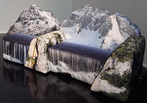 Стулья с изображением гор и водопада от Gaetano Pesce .