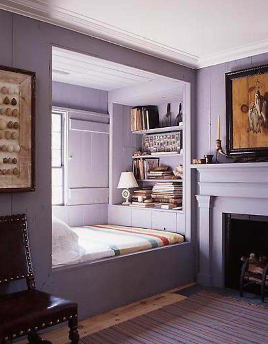 Кровать в нише у окна.
