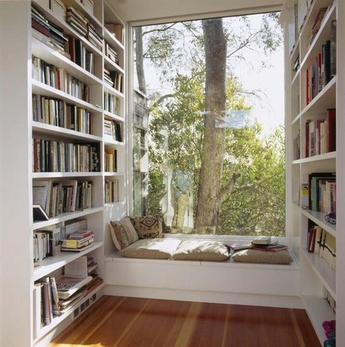 Место для чтения в эркере.