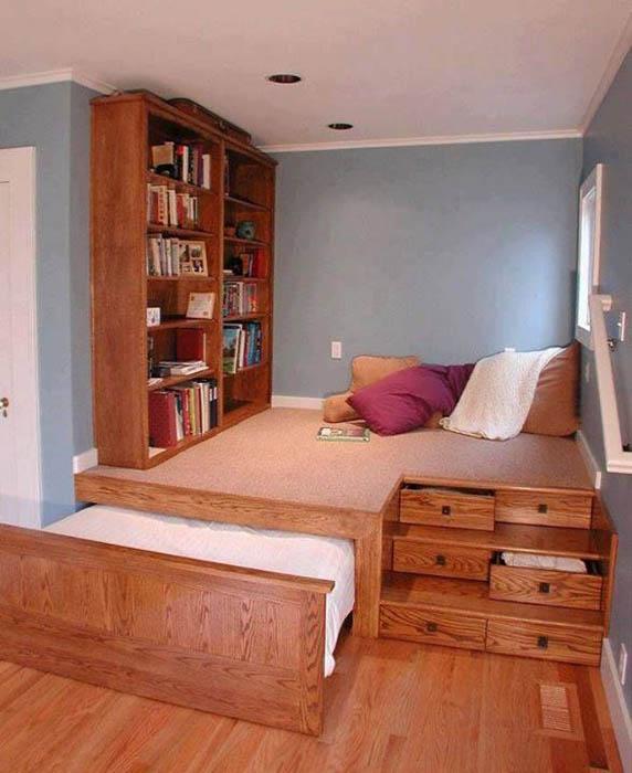 Кровать на подиуме.