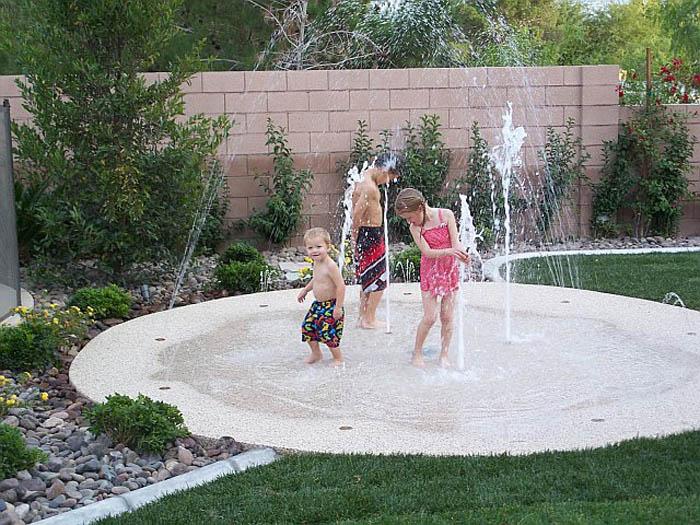 Простейший фонтанчик во дворе.