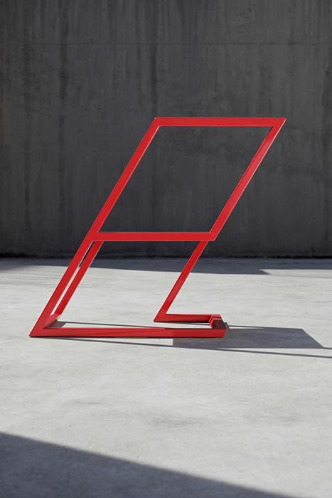 Наклоненный стул от XYZ Integrated Architecture.