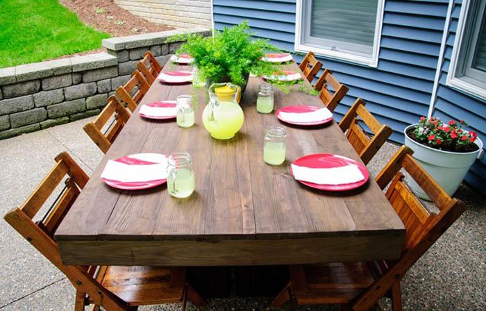 Масивний обідній стіл.