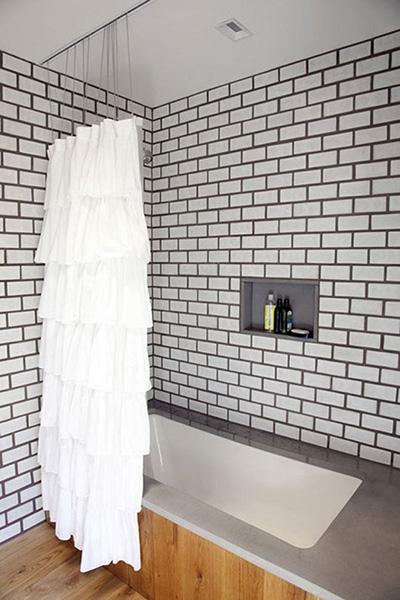 Белая плитка с черной затиркой.