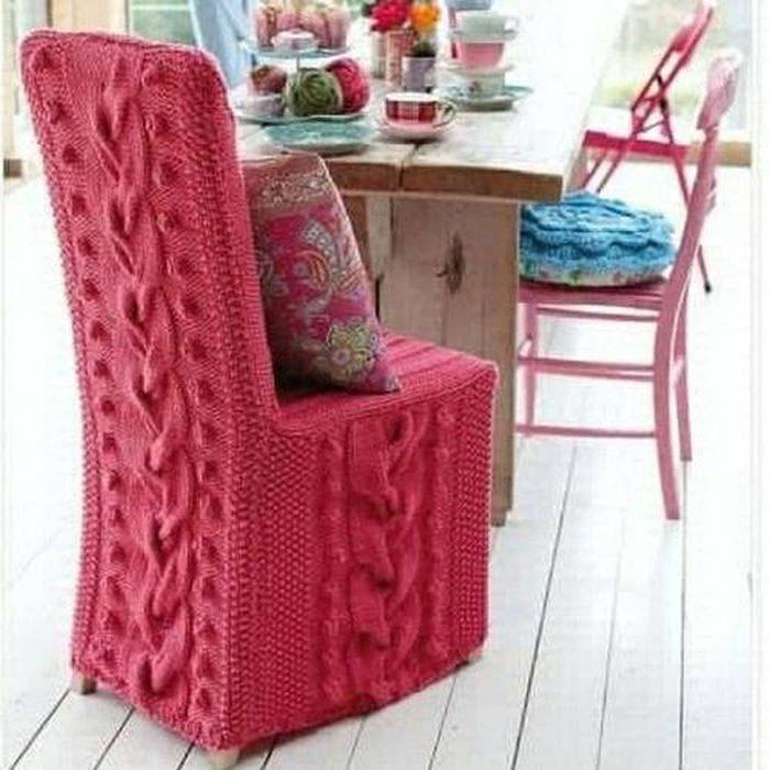 Розовое вязаное кресло.