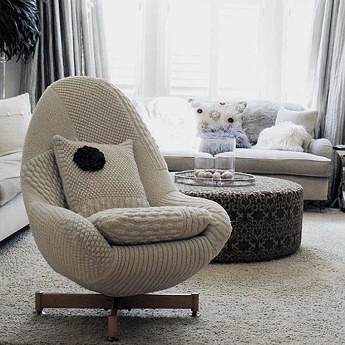 Уютное белое кресло для гостиной.