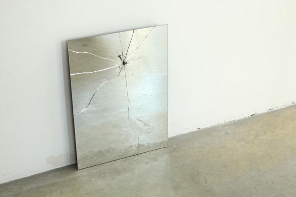 Зеркало с трещинами от Lennart Van Uffelen.