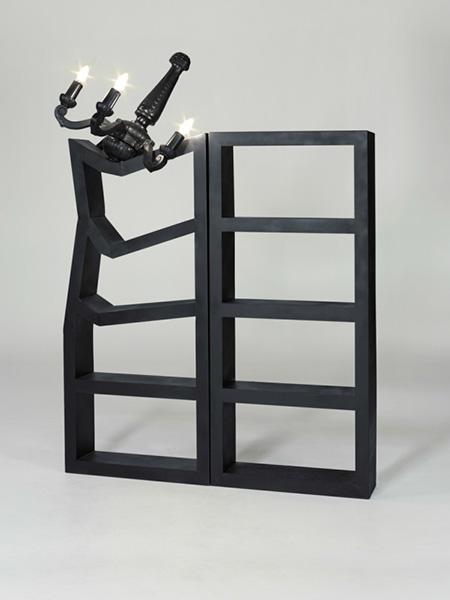 Черный металлический шкаф.