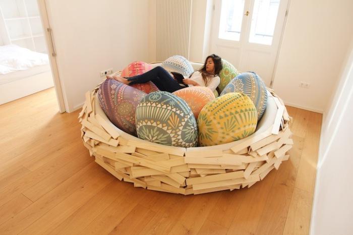 Место для отдыха в виде огромного гнезда.