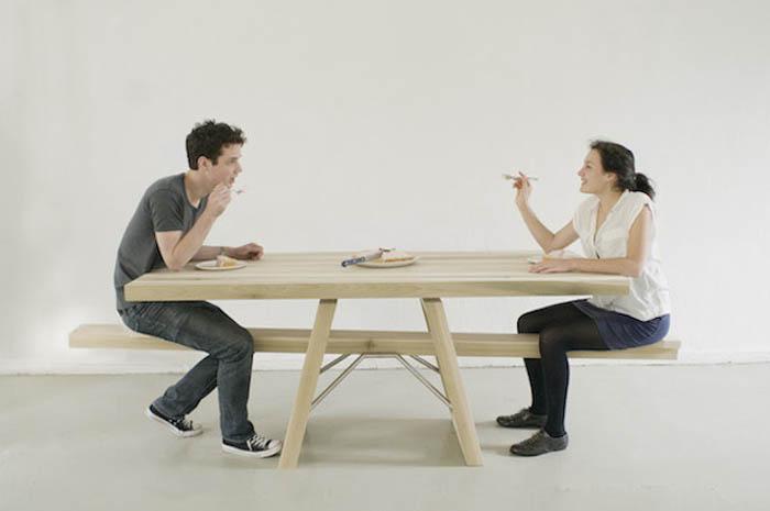 Стол, подходящий только для двоих.