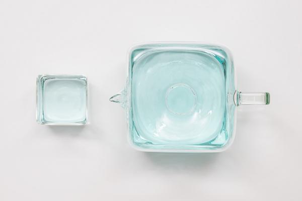 Кувшин в виде кубика льда.