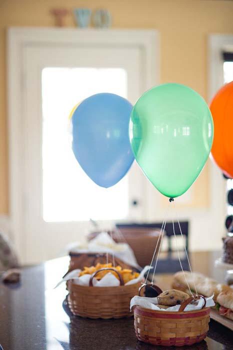 Корзинки с выпечкой, превращенные в воздушные шары.