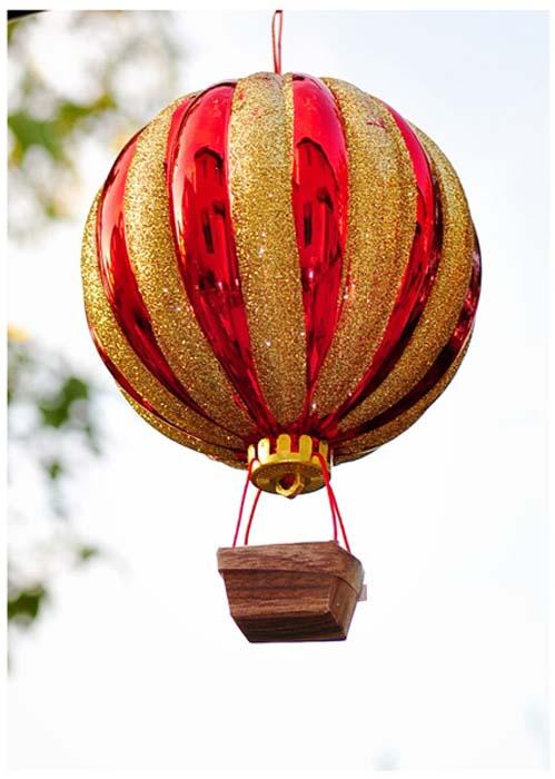 Воздушный шар из елочной игрушки.