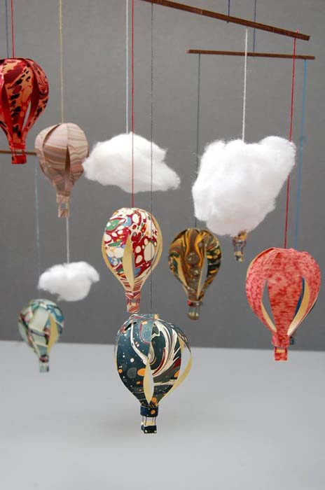 Мобиль с игрушками в виде воздушных шаров.
