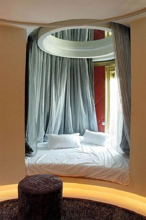 Кровать под балдахином.