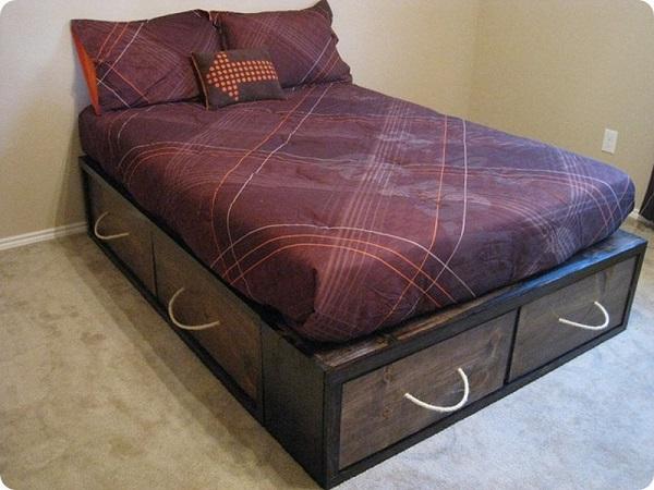 Кровать с ящиками в платформе.