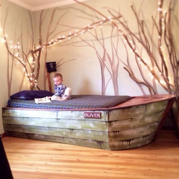 Эффектная кровать для детской в виде лодки.