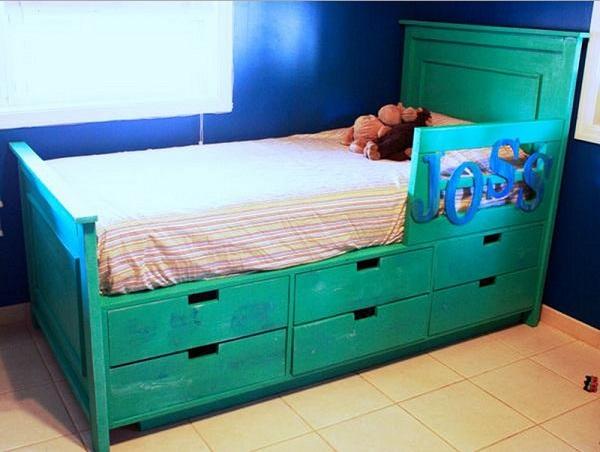 Кровать с ящиками для хранения предметов обихода.