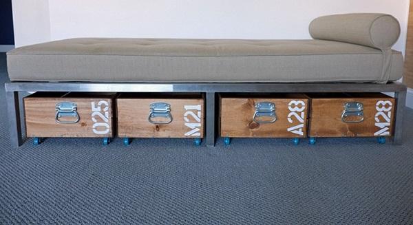 Кровать с выкатными ящиками.