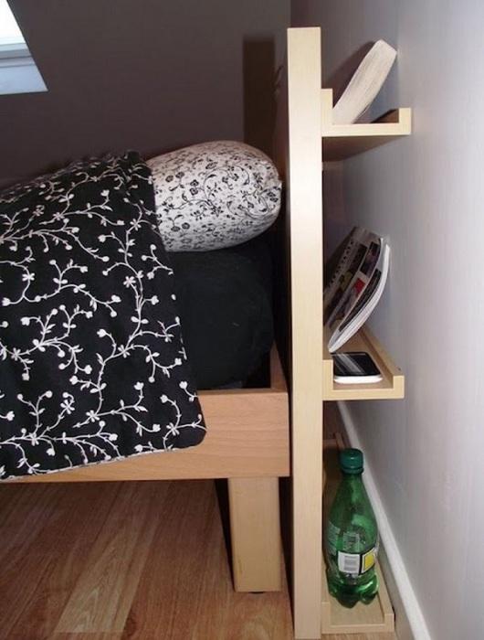 Кровать с полками за изголовьем.