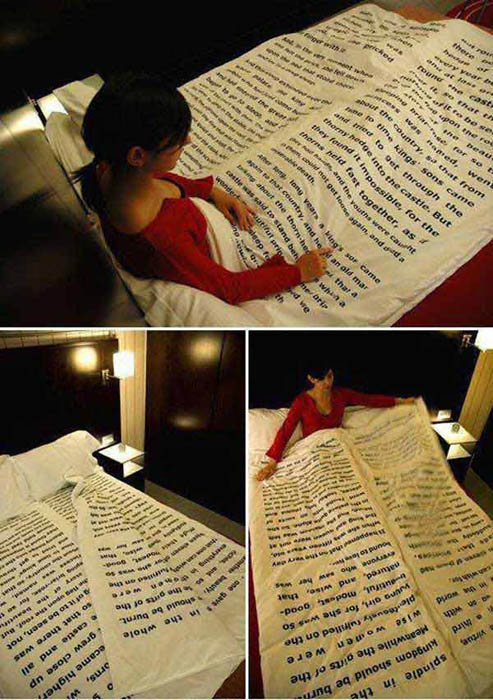 Одеяло с напечатанным текстом.