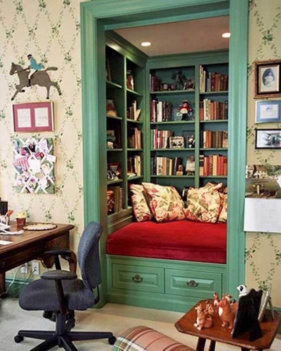 Место для отдыха внутри книжного шкафа.