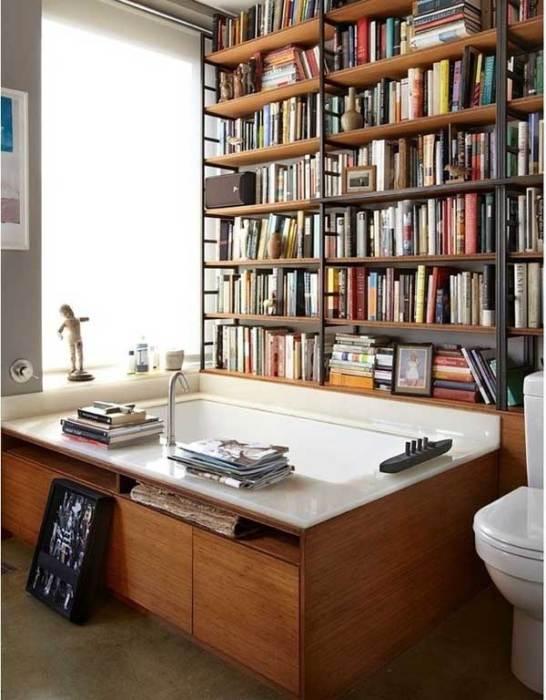 Книжная полка в ванной.