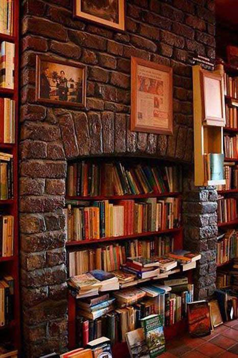 Камин с книгами.