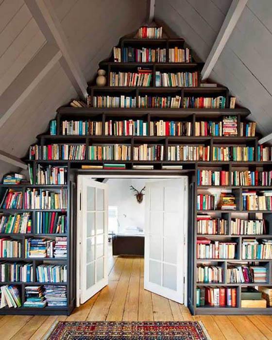 Книжные полки до потолка.