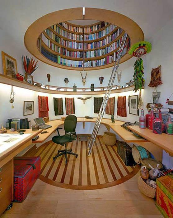 Книжная полка на потолке.