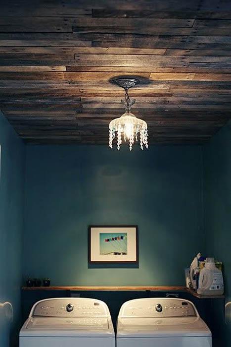 Деревянный потолок.