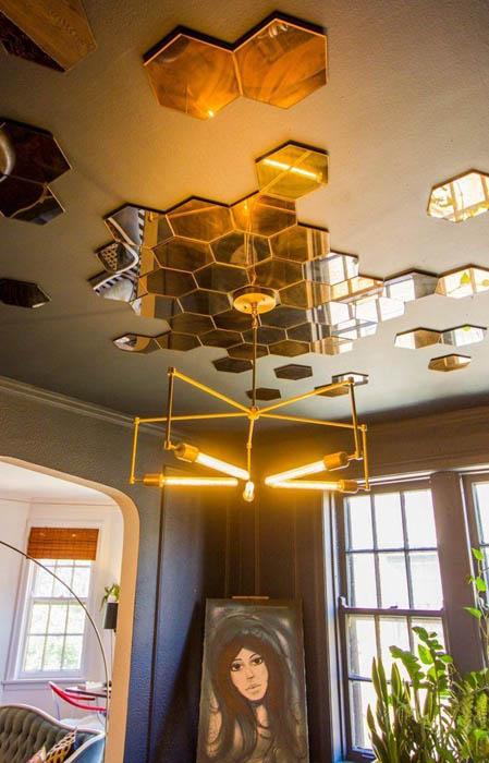 Потолок с абстрактным узором.