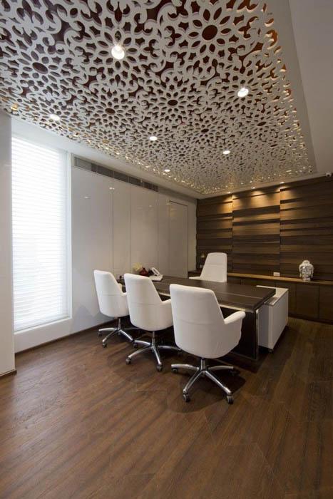 Потолок, покрытый ажурными панелями.