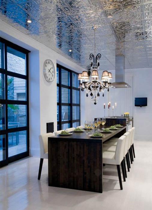 Потолок с зеркальными плитами.