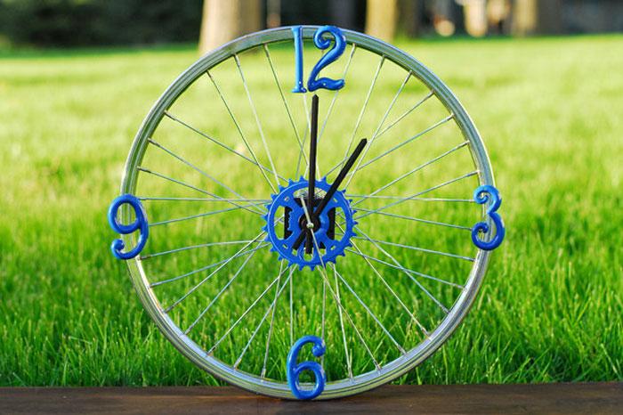 Часы из колеса.