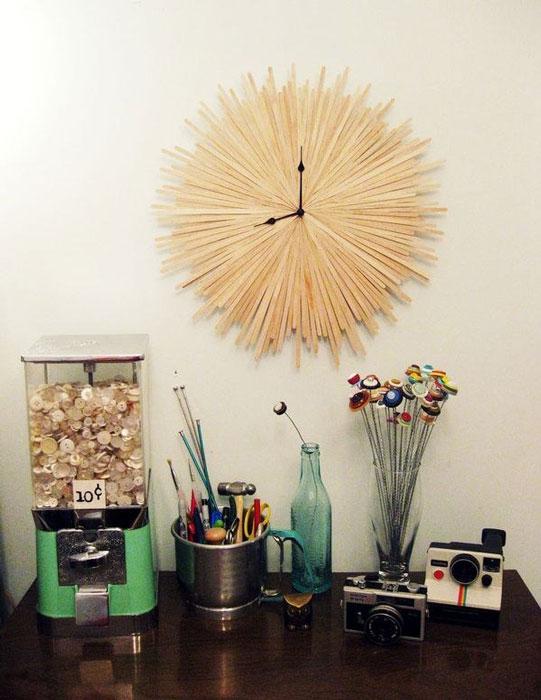 Часы из деревянных палочек.