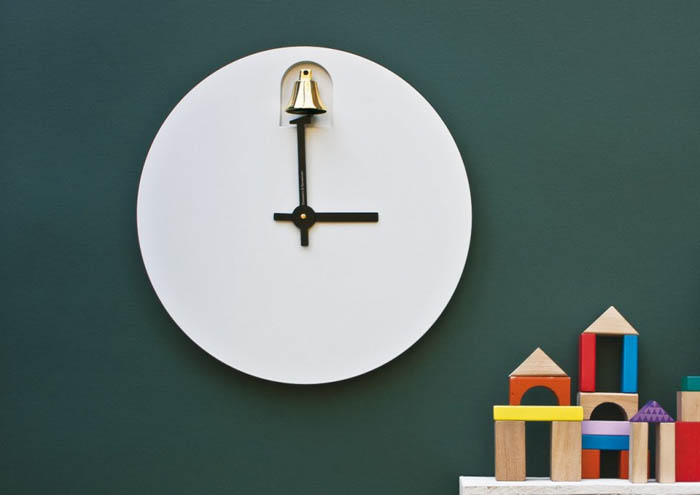 Настенные часы с изящным колокольчиком.