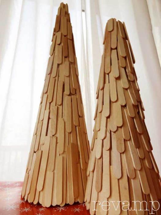 Елка из деревянных палочек.