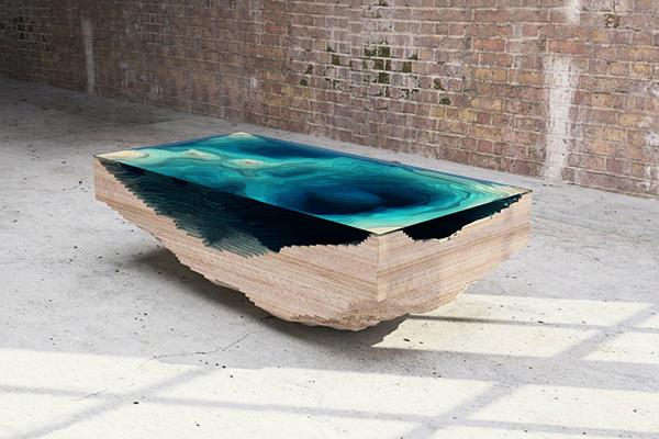 Стеклянный стол, напоминающий глубины океана.