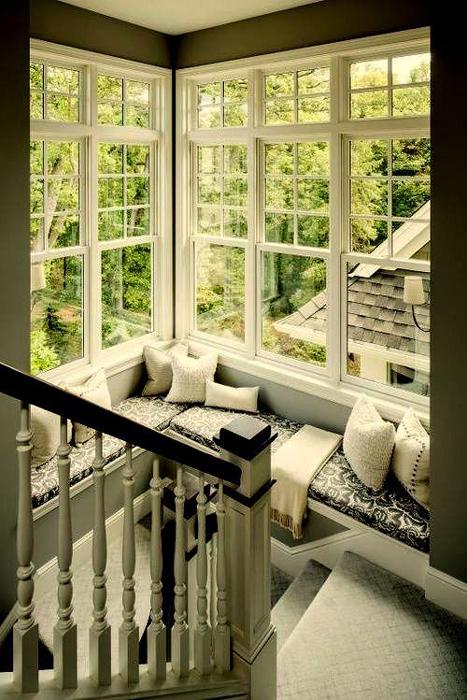 Место для чтения на лестничной площадке.