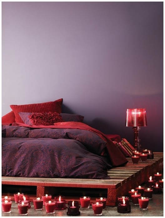 Кровать на деревянном поддоне.