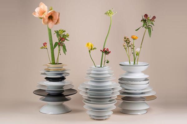 Цветочные вазы из фарфоровых тарелок.